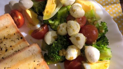 dietetyczna sałatka z brokułem i jajkiem